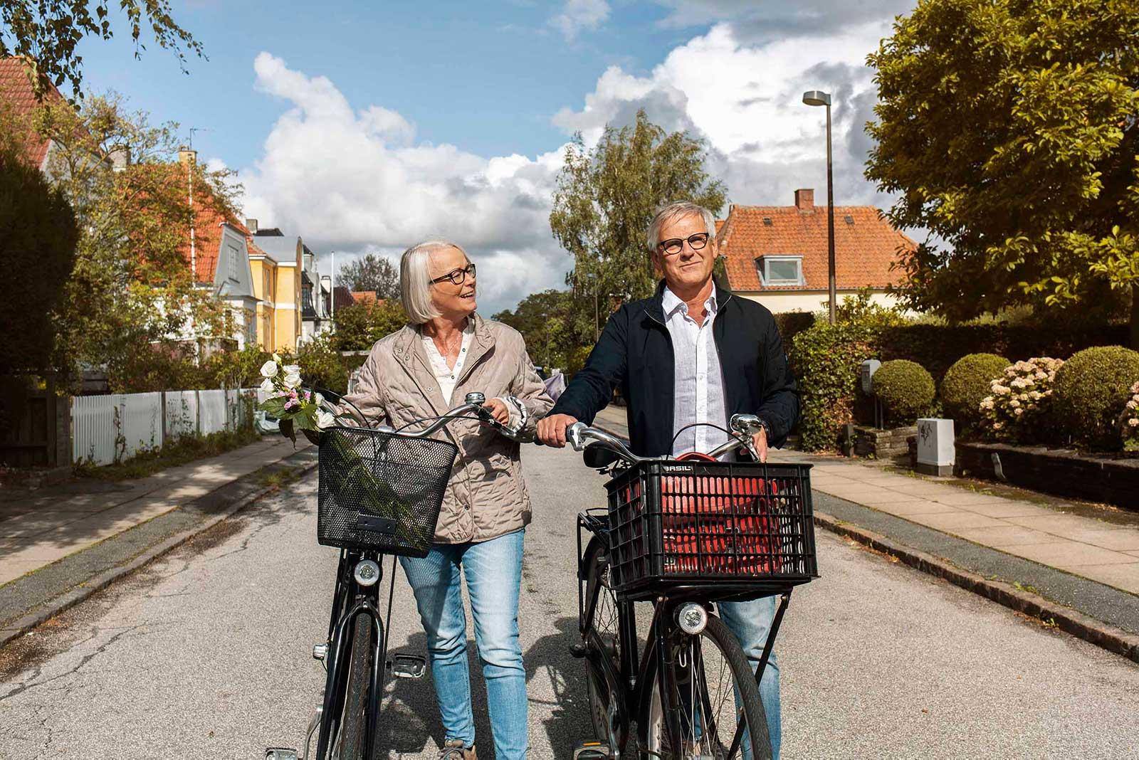 Foto af par på cykeltur i solskin - Wire Agency